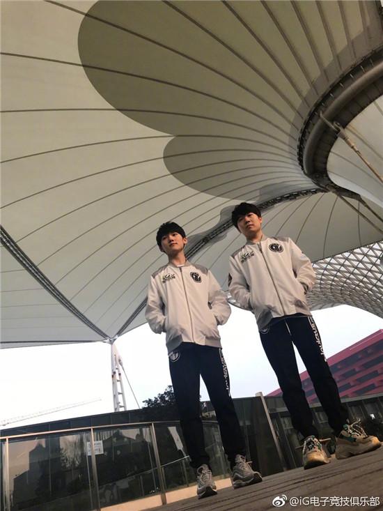 iG发布双C照片 2018赛季新队服曝光